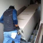 狭い階段から冷蔵庫を運び出し